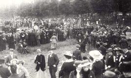 'De groote betooging' van de Vereeniging voor Vrouwenkiesrecht op het terrein van de IJsclub in Amsterdam, 1916
