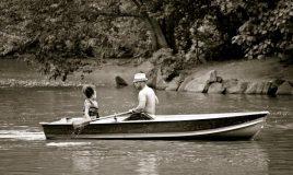 man met dochter in bootje op het water