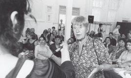 Wil Merkies tijdens de bijeenkomst 'Jong en Oud: Vrouwen/Bewegingen door de Tijd heen' (2003) © Mieke Schlaman Collectie IAV-Atria