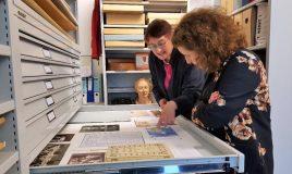 minister ingrid van engelshoven bekijkt documenten uit collectie iav atria 2018