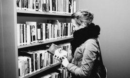 student in bibliotheek atria