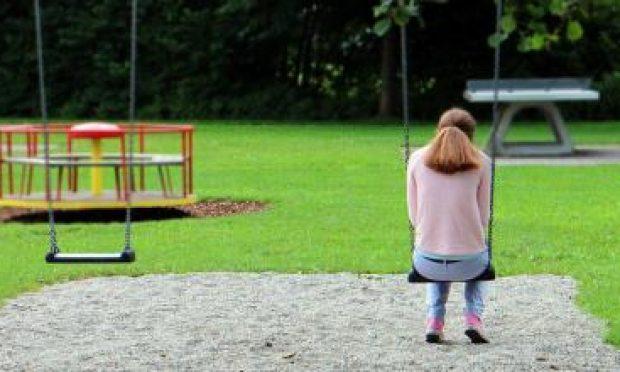 geweld jonge vrouw in speeltuin