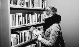 student tour in bibliotheek en archief van atria