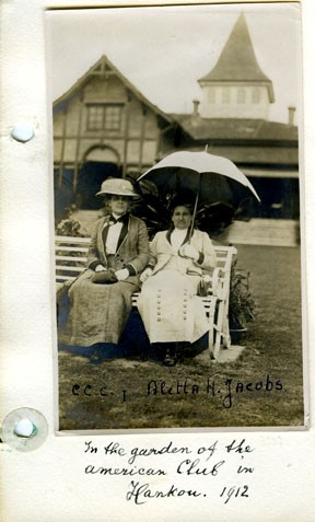 Aletta Jacobs en Carrie Chapman Catt tuin American Club in Hankou, China (1912). Nummer:100003707 Collection IAV Atria