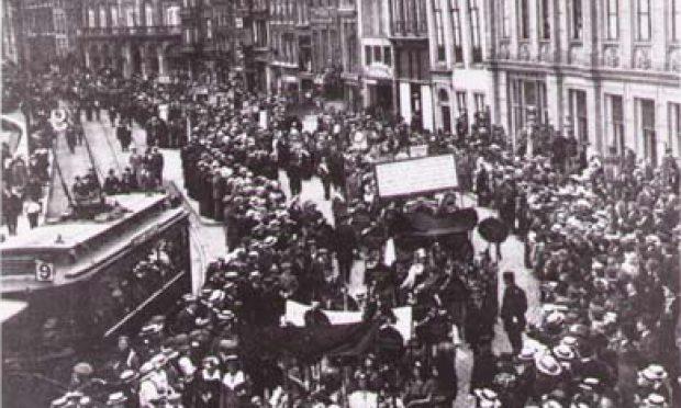 demonstratie vrouwenkiesrecht Amsterdam, collectie Atria