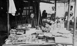 Een Javaanse verkoopster achter haar warong met geneeskrachtige kruiden