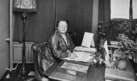 Rosa Manus achter haar bureau Collectie IAV Atria