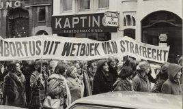 demonstratie tegen abortuswet door wij vrouwen eisen jaren 70