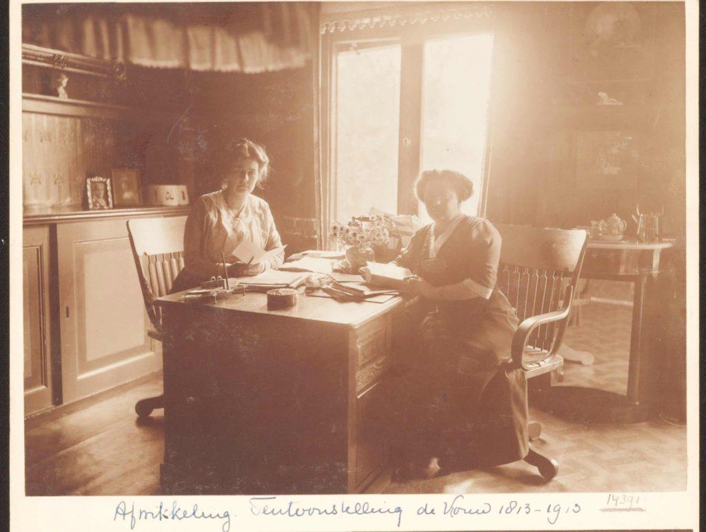 Mia Boissevain (links), presidente en Rosa Manus, bestuurslid van de tentoonstelling 'De Vrouw 1813-1913' - collectie Atria