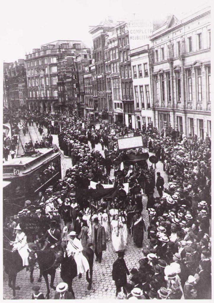 Demonstranten op het Rokin in Amsterdam tijdens de demonstratie op 18 juni 1916 (collectie Atria)