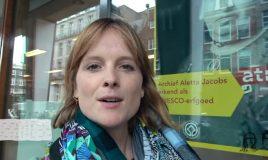culltuurvlogger jip staat buiten atria en begint haar vlog