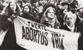 demonstratie tijdens vrouwenstakingsdag op 30 maart 1981 met spandoek Twente abortus vrij