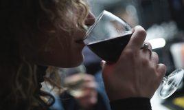 Vrouw drinkt wijn