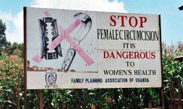 campagnebord tegen vrouwelijke genitale verminking in uganda