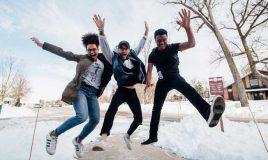 3 enthousiaste springende jongeren