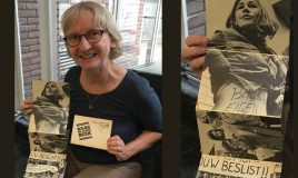 archivaris susanne neugebauer met fotomapje dolle mina uit collectie IAV-Atria