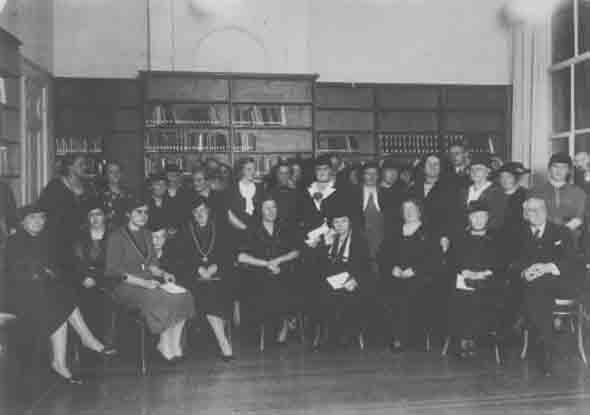 groepsportret officiele opening informatiecentrum en archief voor de vrouwenbeweging