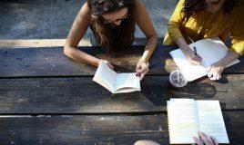 3 jonge vrouwen aan het studeren