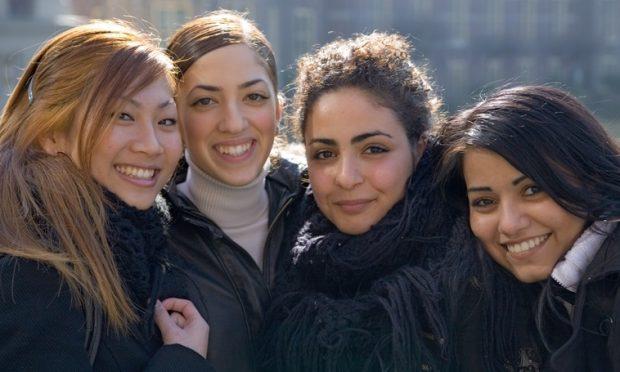 groepje vriendinnen poseert lachend