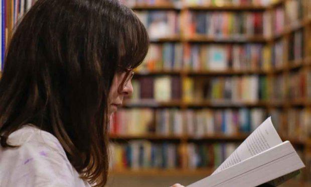 woman reading book library photocredits-eliott-reyna