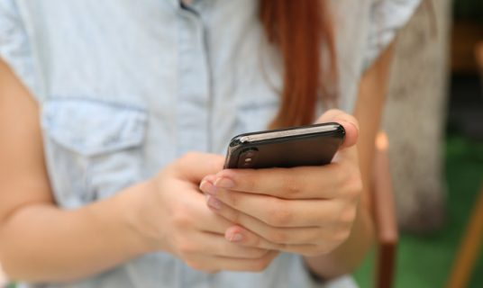 meisje online met mobieltje