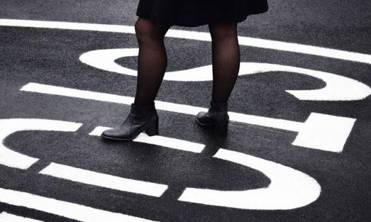 vrouw staat op letters STOP