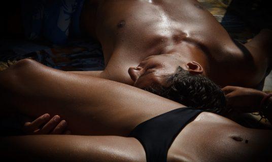 Man en vrouw rusten uit
