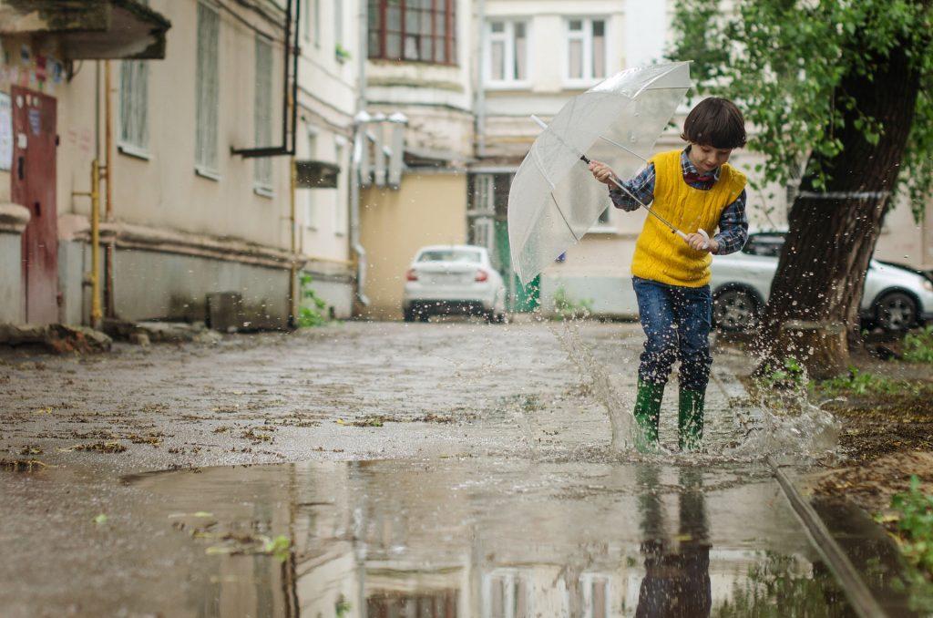 Kind met paraplu