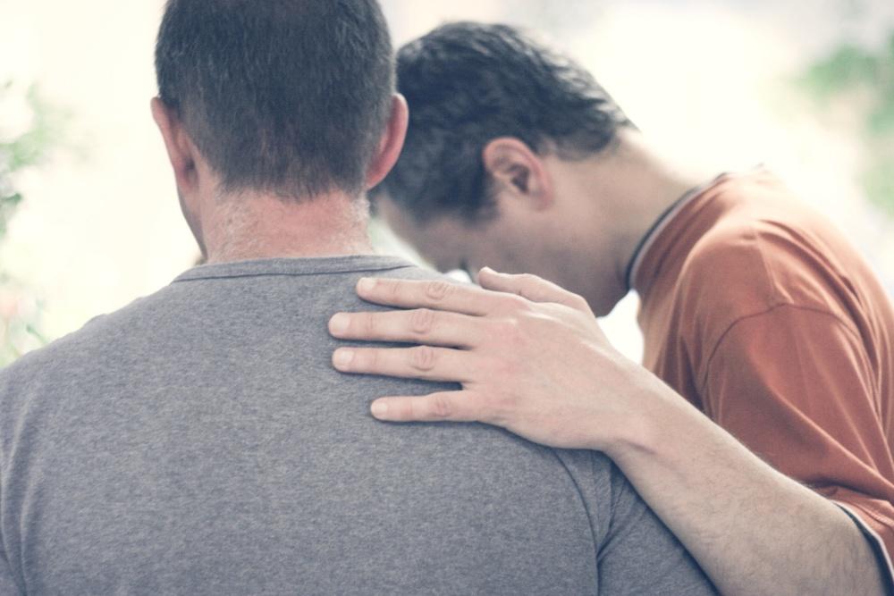 Mannen steunen elkaar