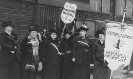 Aletta Jacobs en andere vrouwen voeren propaganda voor vrouwenkiesrecht in Amsterdam op 15 februari 1914