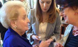 Madeleine Albright Renee Romkens-overhandiging pin Aletta Jacobs