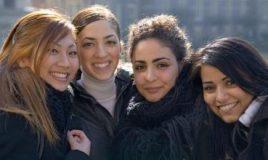 vriendinnen poseren lachend 11613 Henk van Houwelingen Bron de Nationale Beeldbank