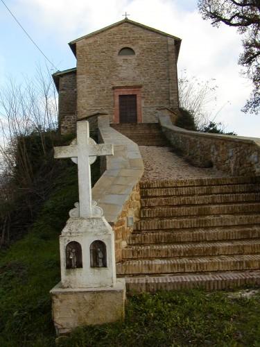 Chiesa di Tuseggia (Camerino) con croce celtica