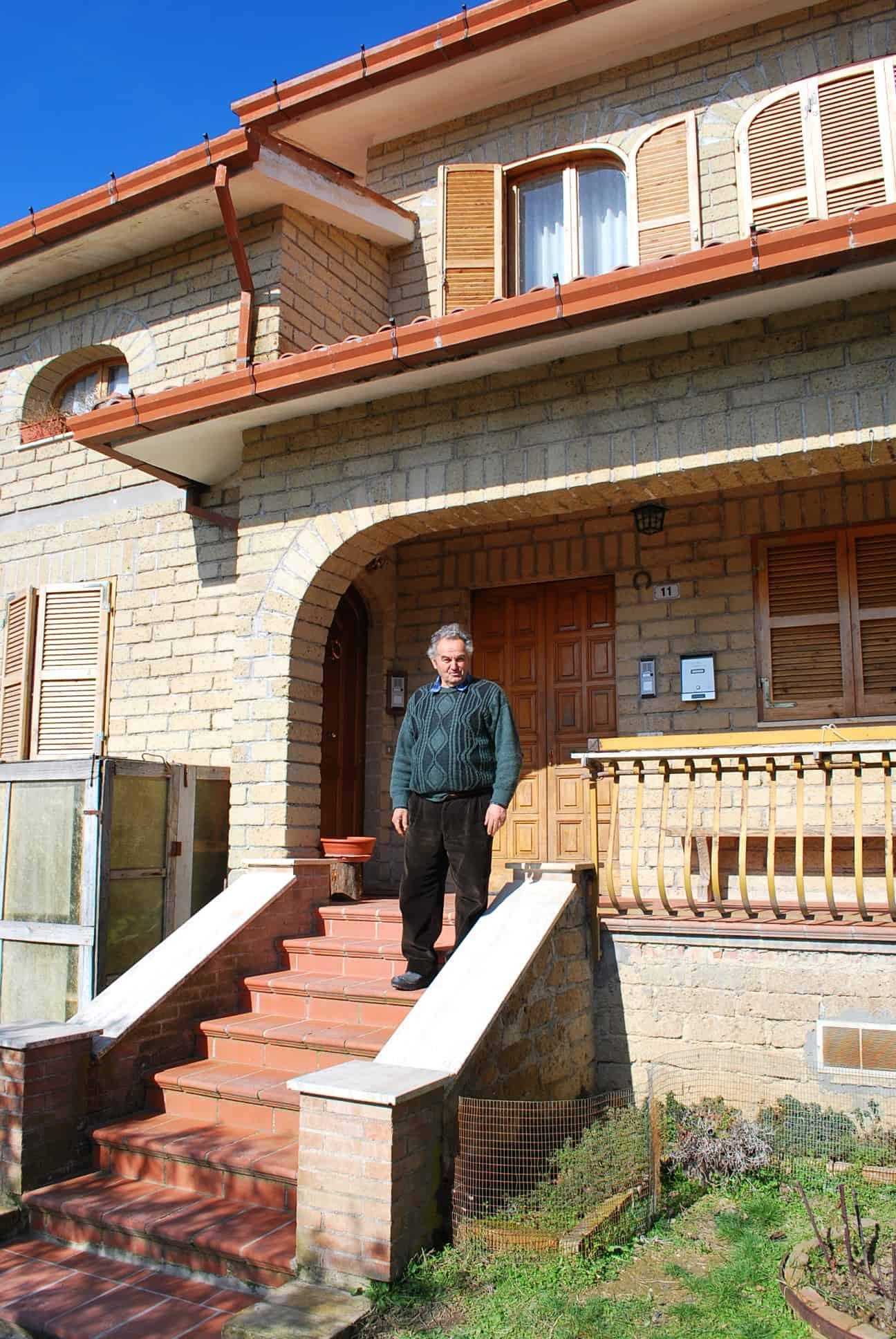 Giuseppe davanti la sua casa