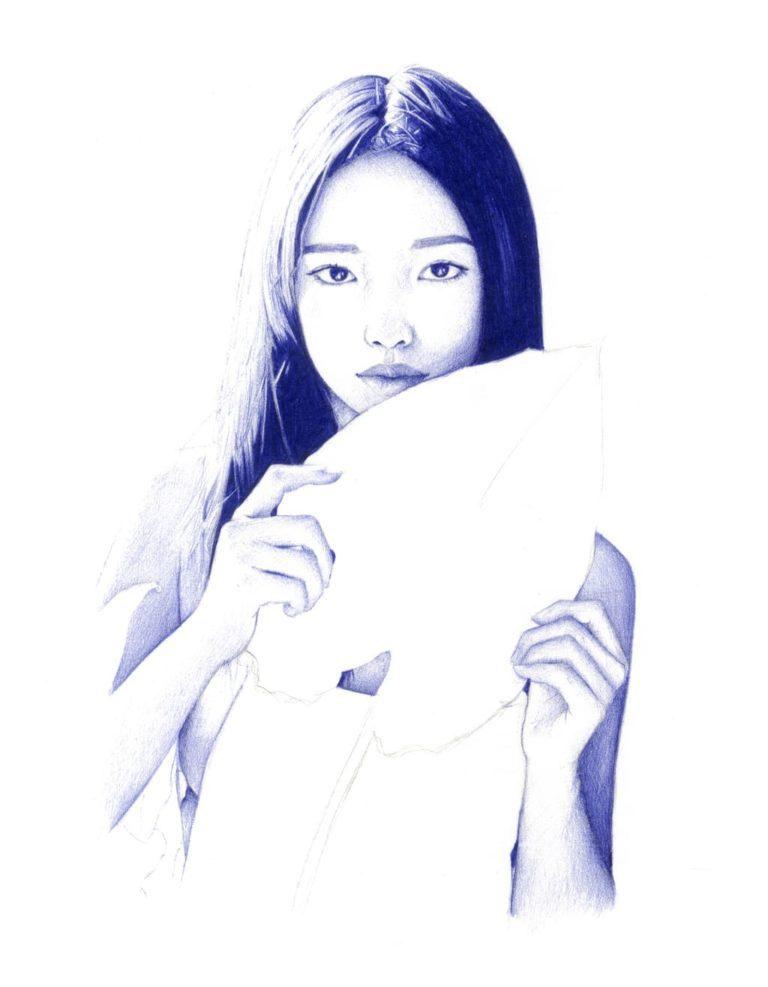 Ilustración realista a bolígrafo Bic azul de una chica asiática con una planta