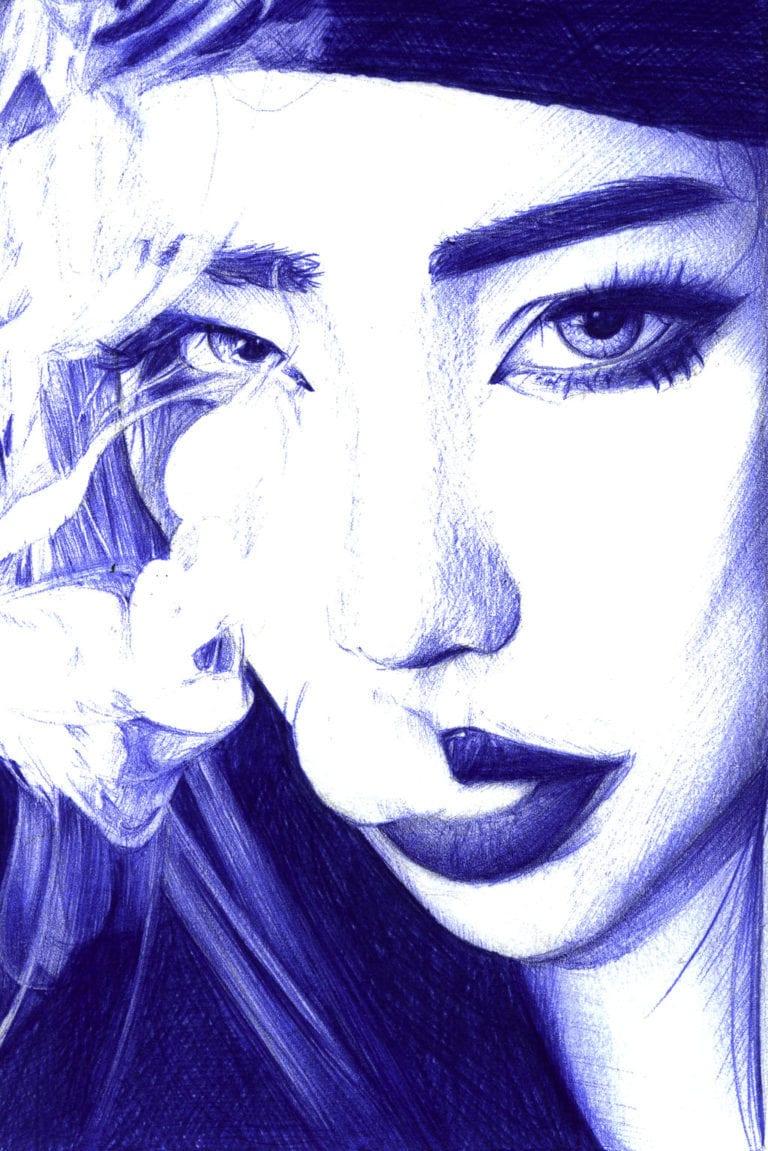 Ilustración realista a bolígrafo Bic azul de una chica fumando