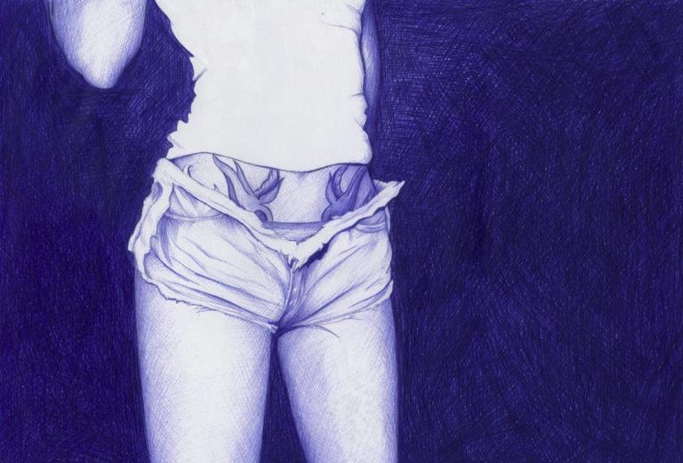 Ilustración realista a bolígrafo Bic azul del cuerpo de una chica tatuada