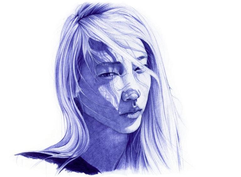 Ilustración realista a bolígrafo Bic azul de una chica asiática