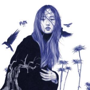Ilustración realista a bolígrafo Bic azul de una chica rodeada de cuervos