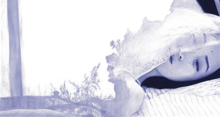 Ilustración realista a bolígrafo Bic azul de una chica acostada en la cama