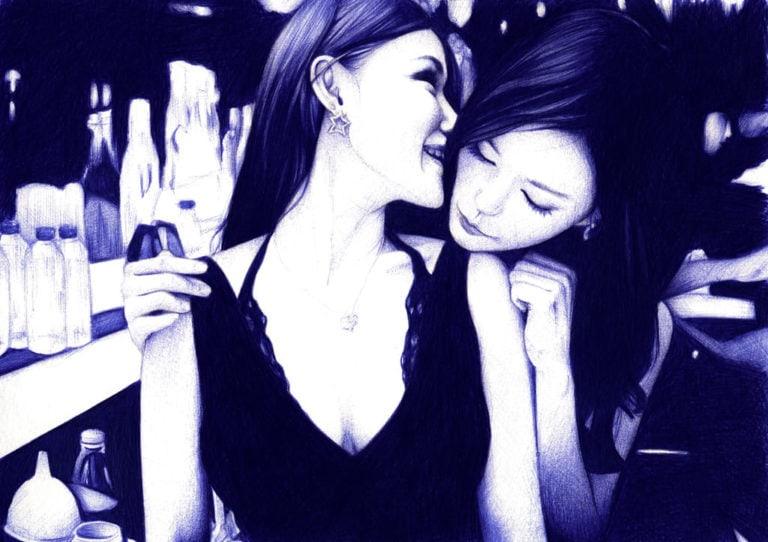 Ilustración realista a bolígrafo Bic azul de dos chicas en un club
