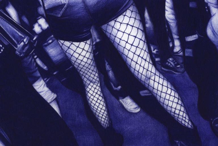 Ilustración realista a bolígrafo Bic azul de unas piernas en un club