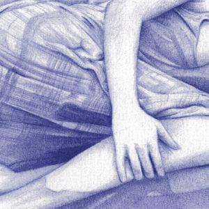 Detalle de una ilustración realista a bolígrafo Bic azul de una chica acostada en la arena