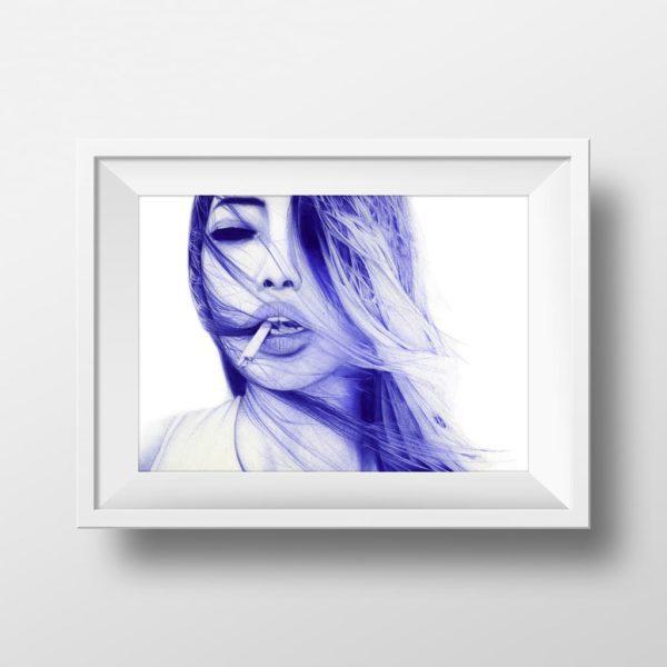 Mockup de una ilustración realista a bolígrafo Bic azul de una chica con un pitillo en la boca