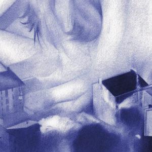 Detalle de ilustración realista a bolígrafo Bic azul de una chica sentada entre edificios nublados
