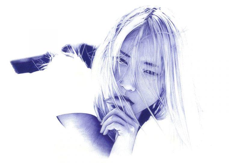 Ilustración realista a bolígrafo Bic azul de una chica con el pelo blanco