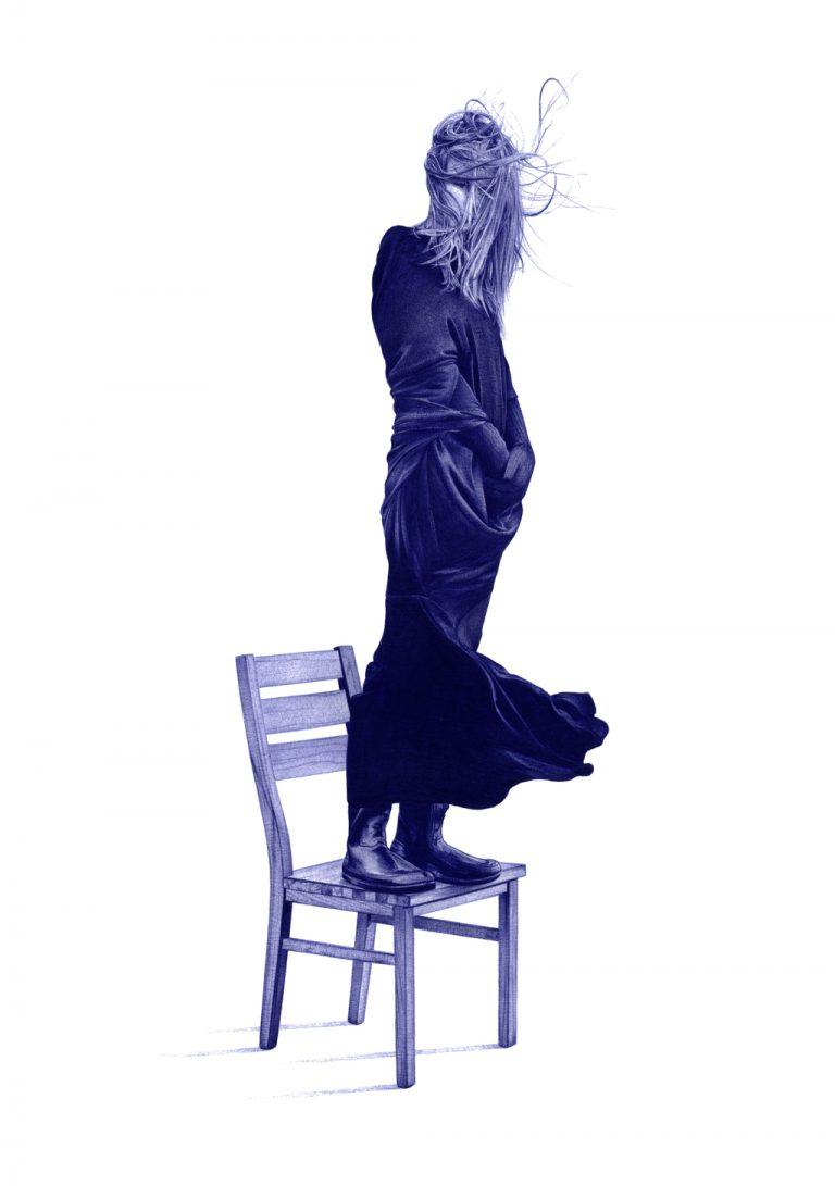 Ilustración realista a bolígrafo Bic azul de una chica con el pelo revuelto por el viento subida a una silla
