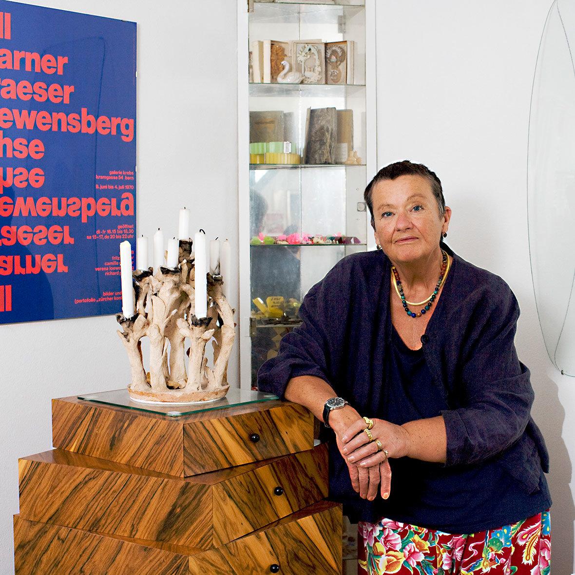 Susi Berger mit Schuhbladenstapel von Röthlisberger