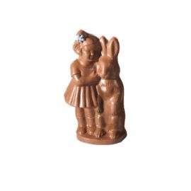 Handgegossener Osterhase mit Mädchen aus Milchschokolade