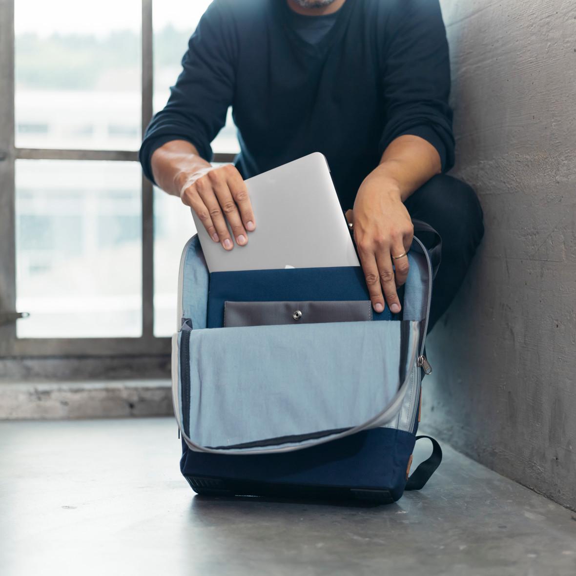 Mann mit Rucksack der Collection Bundesordner, Marke Biella